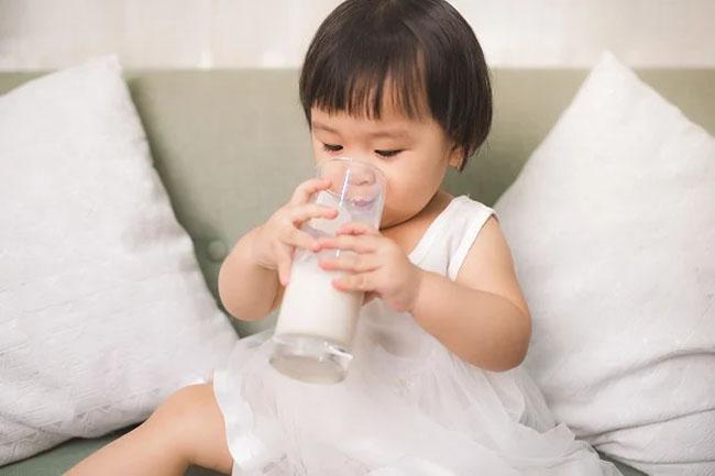 Ngoài thức ăn, hãy bổ sung dinh dưỡng cho trẻ thông qua nguồn sữa