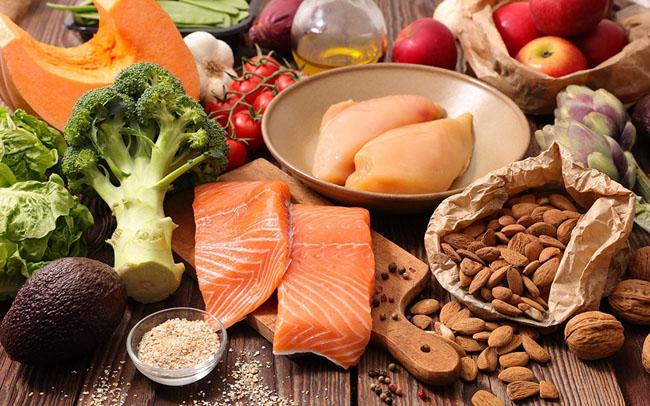 Cho trẻ ăn đầy đủ và cân bằng giữa các nhóm dưỡng chất