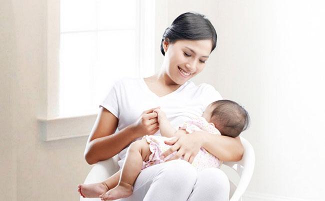 Tiếp tục duy trì cho trẻ bú sữa trong thời gian ăn dặm