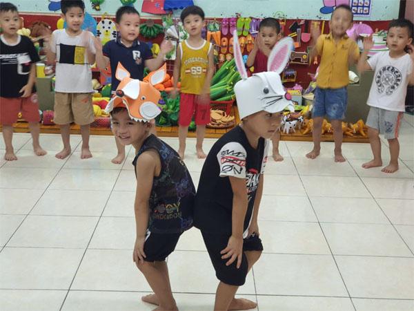Tổ chức trò chơi cáo và thỏ cho trẻ