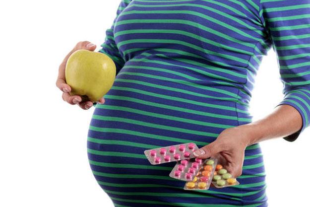 Bổ sung vitamin cho cả mẹ và bé giúp phòng chống bệnh còi xương.