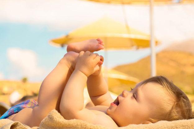 Cho trẻ tắm nắng vào sáng sớm giúp trẻ em khoẻ mạnh.