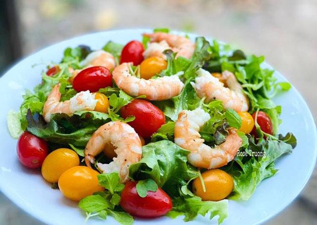 Món salad tôm trộn rau dễ ăn cung cấp nhiều vitamin B12 cho trẻ.