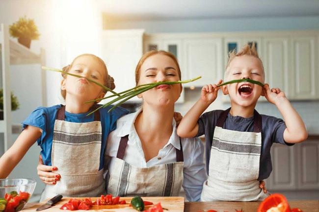 Cho trẻ tập phụ mẹ nấu ăn bằng những việc đơn giản.