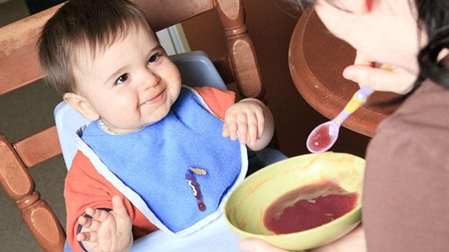 Không ăn quá nhiều vào buổi tối tránh trẻ chậm tăng cân.