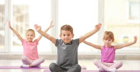 can-bang-suc-khoe-cho-tre-giua-tam-dich-bang-yoga