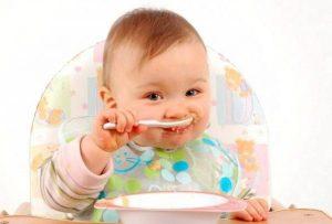 Mẹ khỏe re với bí quyết giúp bé tự xúc ăn