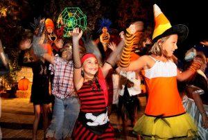 Tạo không khí Halloween cho bé: Ba mẹ nên làm gì?