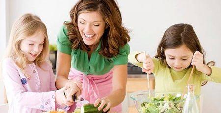 4 bài học tuyệt vời khi cho trẻ tham gia vào căn bếp của mẹ