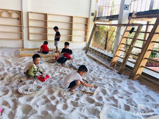 Trường mầm non Q7 Cánh Diều với bãi cát trắng nuôi dưỡng trí tưởng tượng của bé.