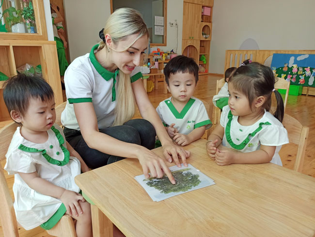 Giờ học tại trường mầm non Xanh lá giáo trình Nhật Bản.