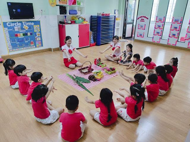 Áp dụng phương pháp dạy trẻ Montessori theo độ tuổi.