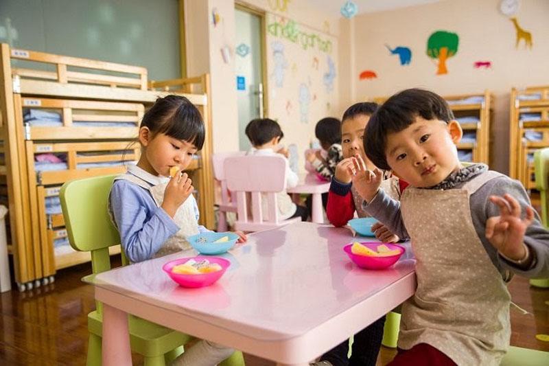 Tiếp xúc sớm với trường lớp giúp bé 1 tuổi thông minh.