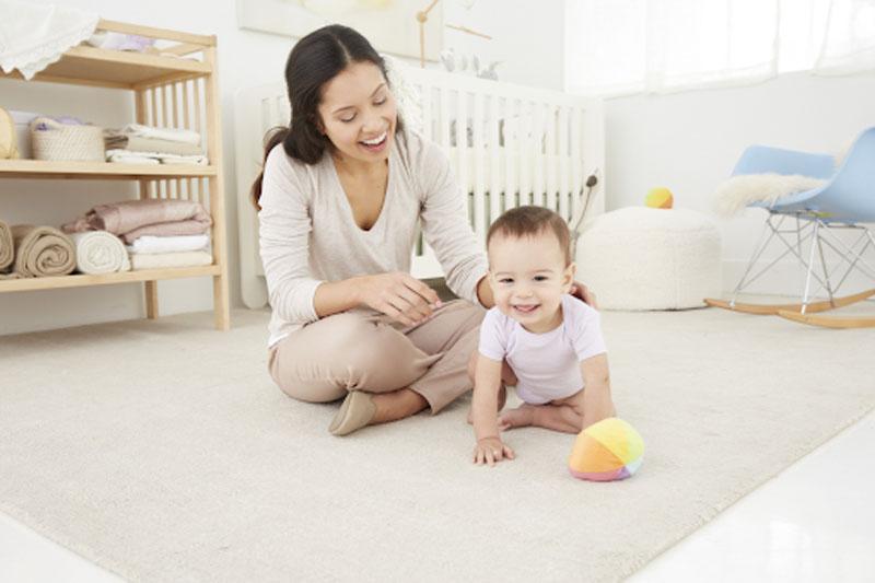 Thường xuyên giao tiếp với bé sơ sinh cũng là cách rèn luyện trí thông minh hiệu quả.