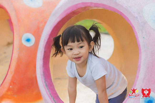 Dạy con 4 tuổi cách vận động an toàn khám phá xung quanh.