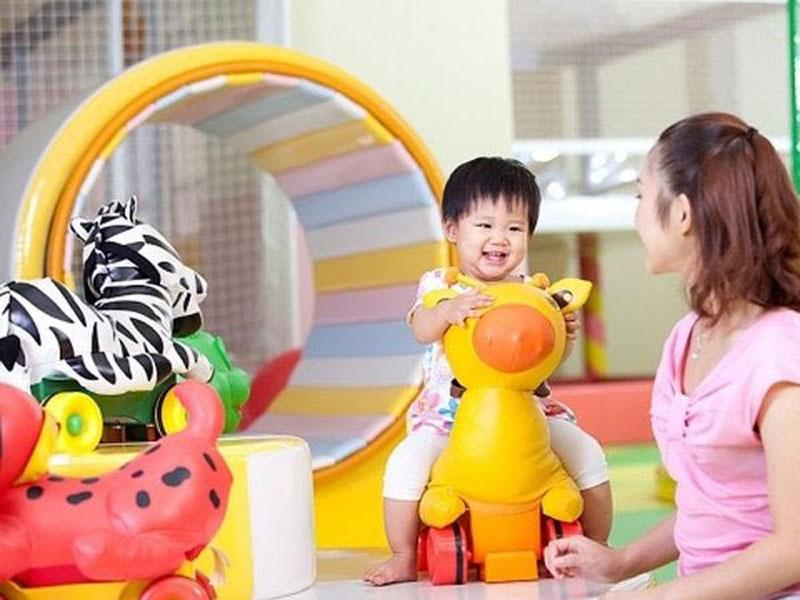 Cho bé 1 tuổi sớm tiếp xúc với những đồ vật xung quanh.