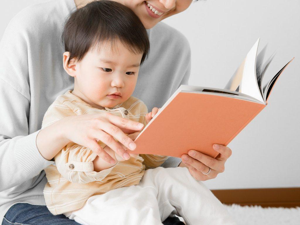Dạy trẻ 2 tuổi học gì bằng việc đọc sách