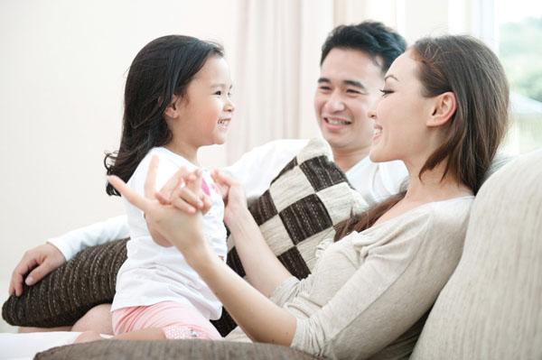 Thường xuyên trò chuyện để bé hiểu yêu cầu của cha mẹ là cách dạy trẻ 3 tuổi thông minh.