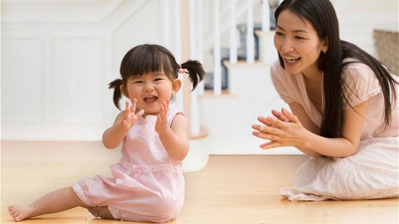 Mẹ chơi cùng để rèn luyện kỹ năng khéo léo là cách dạy trẻ thông minh từ 1 tuổi.