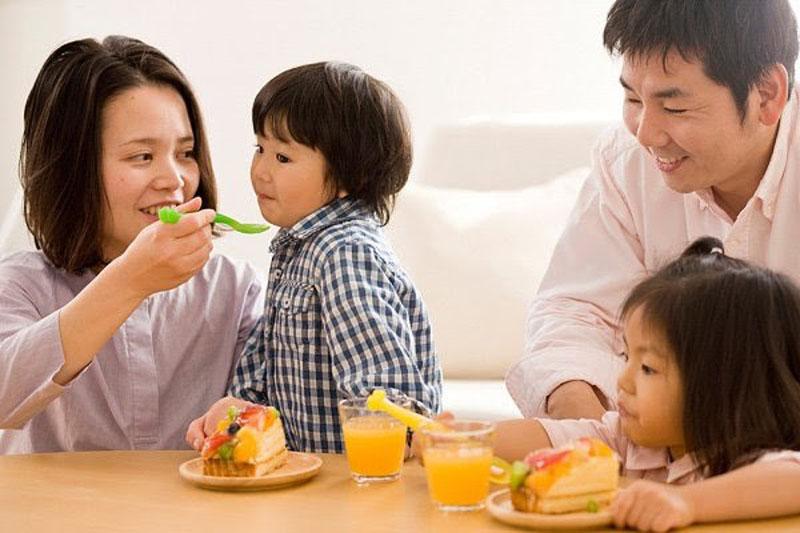 Cân bằng chế độ dinh dưỡng là cách làm bé 1 tuổi phát triển tốt.