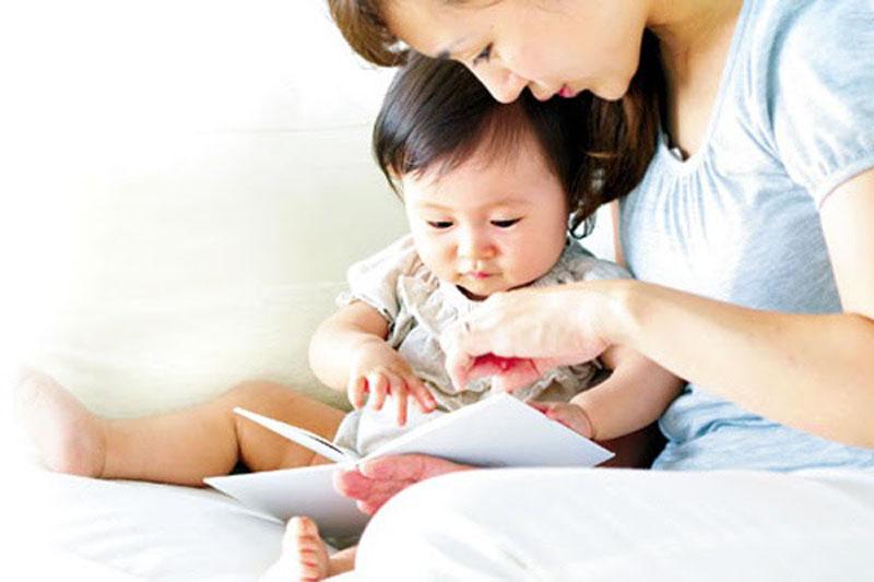 Cho bé giải trí bằng nhiều cách cũng giúp dạy bé 1 tuổi thông minh.