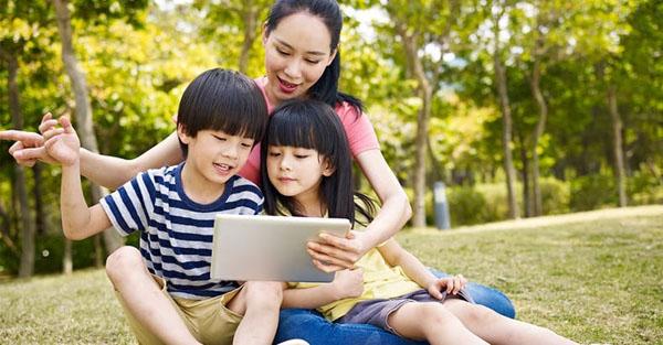 Học và bắt chước người xung quanh giúp việc giáo dục trẻ 3 tuổi hiệu quả.