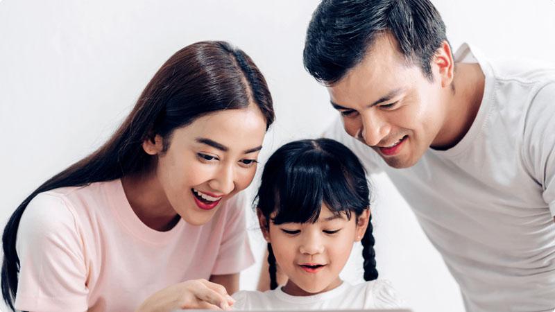 Bố mẹ hỗ trợ giúp bé học tiếng Anh hiệu quả.