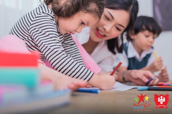 Học tiếng Anh cho trẻ 2 tuổi cần tự nhiên nhất, học mà chơi, chơi mà học.