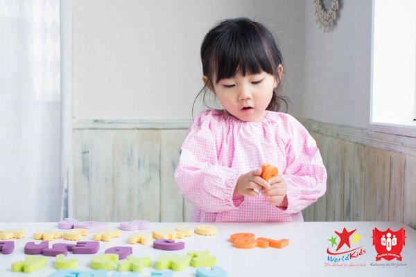 Lồng ghép các trò chơi để trẻ 2 tuổi học tiếng Anh với nhiều động lực hơn.