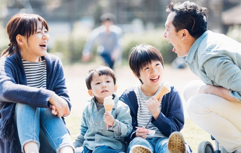 Quan sát xem khả năng tập trung lắng nghe của trẻ 1 tuổi.