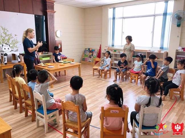 Khung cảnh thường thấy trong lớp học Sài Gòn Montessori - trường mầm non dạy theo phương pháp montessori