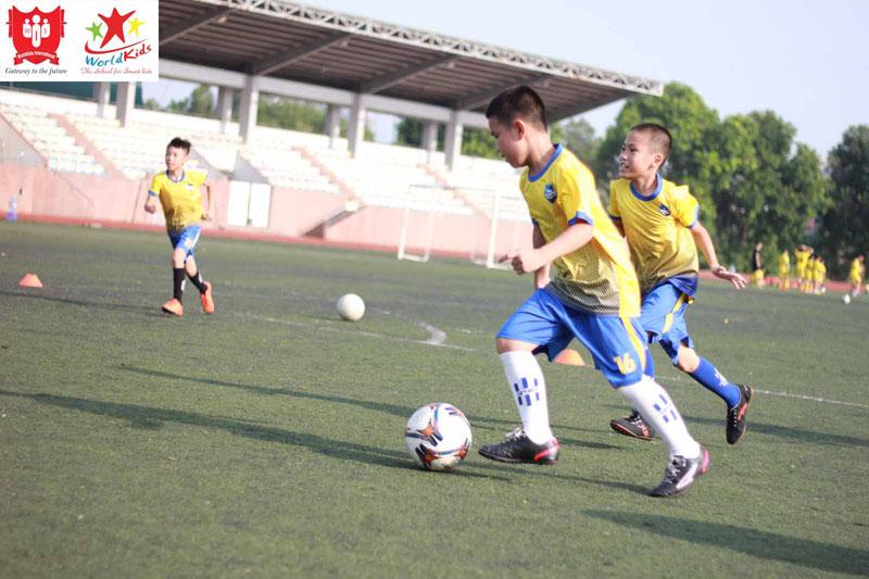 Lớp ngoại khoá thể thao giúp trẻ rèn luyện thể chất thường xuyên.
