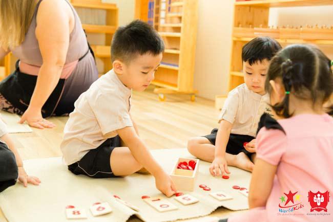 Các bé trong giờ học Montessori tại trường học montessori Wonderkids