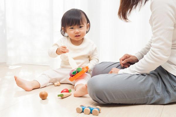 Cha mẹ cần đồng hành cùng con trong quá trình dạy tiếng Anh cho bé 2 tuổi.