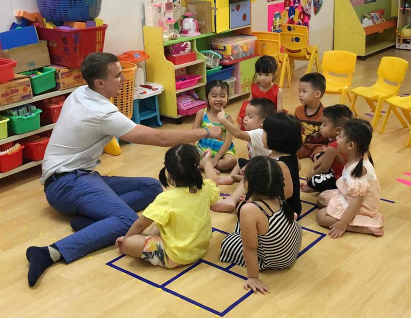 Trẻ học tiếng anh ở trường lớp sẽ được tham gia nhiều hoạt động hơn.
