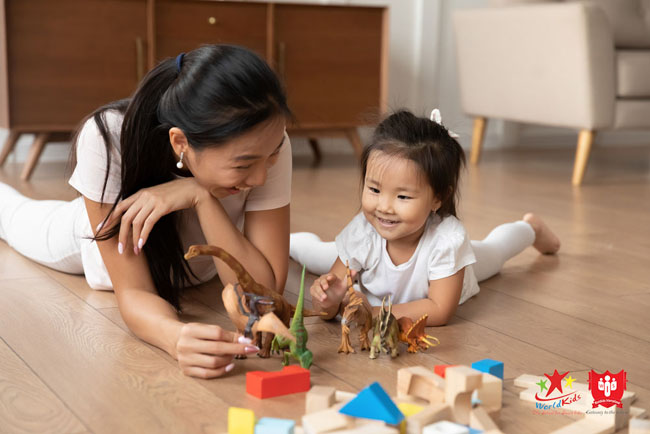 Bố mẹ phát triển kỹ năng xã hội của con thông qua hoạt động hàng ngày