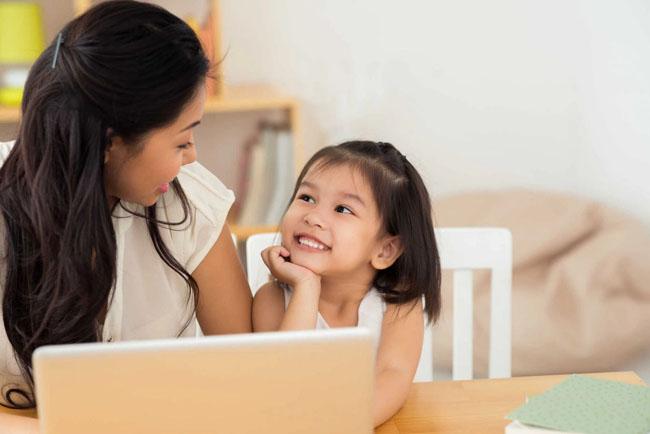 Ba mẹ cần kiên nhẫn giải đáp thắc mắc của trẻ.
