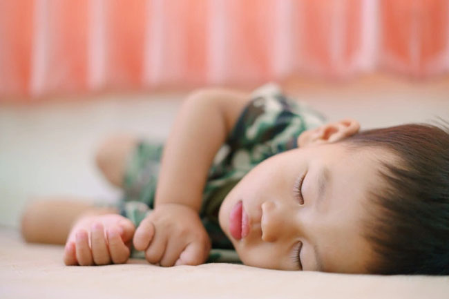 Bé 17 tháng tuổi cần ngủ 14 tiếng/ngày