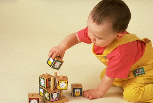 Chơi trò chơi kích thích trí thông minh phù hợp giúp trẻ thêm thông minh, nhạy bén.