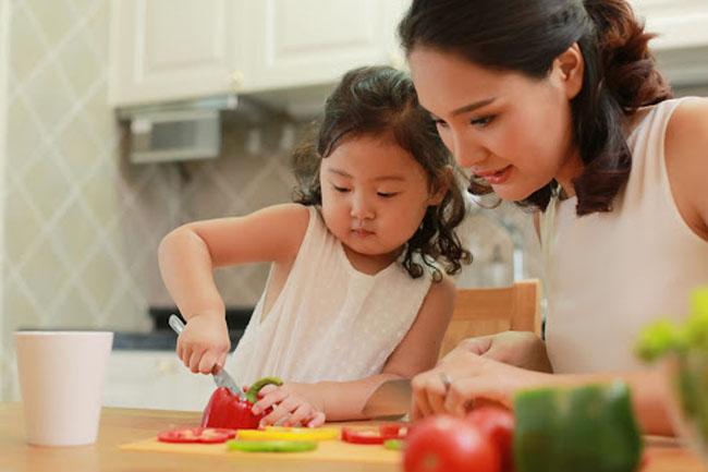 Hướng dẫn trẻ làm những việc nhỏ phụ giúp mẹ trong mỗi bữa ăn