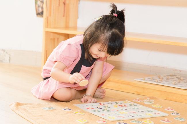 Bé tiếp xúc các đồ chơi toán học trước khi bắt đầu học toán mầm non.