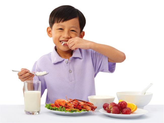 Cho bé ăn thêm nhiều hoa quả bổ sung vitamin, tăng cường sức khoẻ hơn.