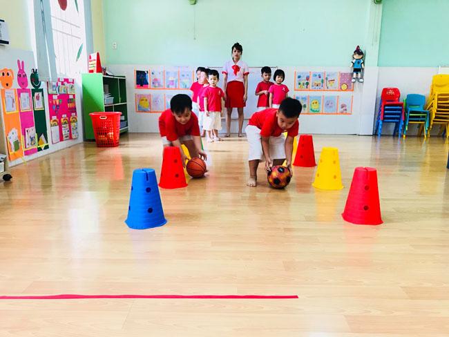 các bé tham gia hoạt động thể chất tại worldkids gò vấp