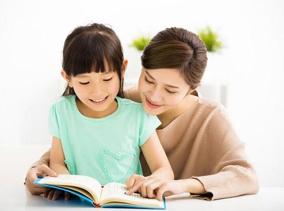 Cùng trẻ học tập giúp trẻ thêm tự tin hơn và giúp tình cảm gia đình tốt hơn.