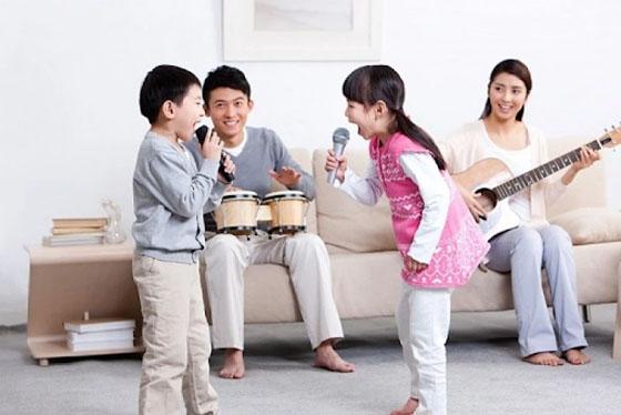 Cha mẹ dành thời gian nghe và học hát tiếng Anh qua bài hát cùng với bé.