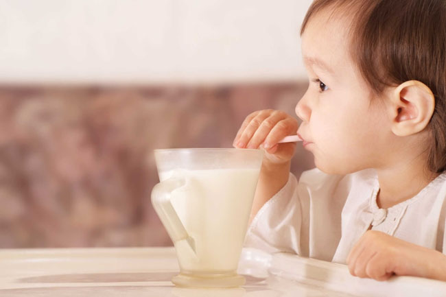 Ăn uống đầy đủ chất dinh dưỡng đảm bảo sức khỏe tốt nhất cho trẻ