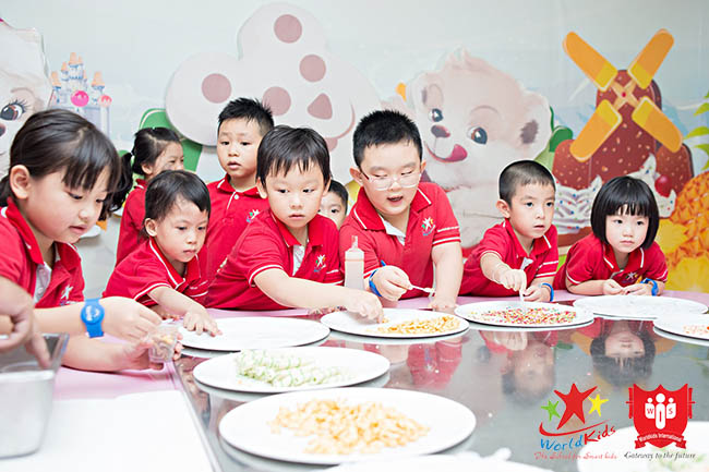 Chọn trường mầm non cho con có chế độ dinh dưỡng phù hợp giúp trẻ phát triển toàn diện.