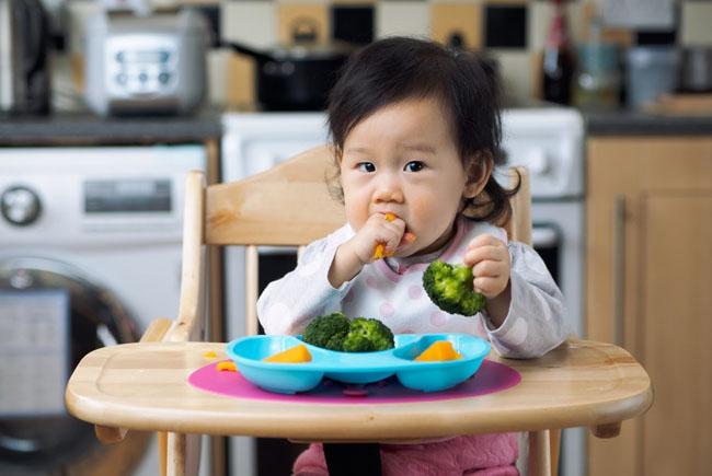 Cần có chế độ dinh dưỡng phù hợp giúp bé phát triển chiều cao cân nặng tốt nhất