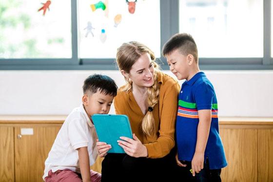 Cho trẻ từng câu, từng đoạn của bài hát tiếng Anh giúp bé dễ thuộc, dễ nhớ