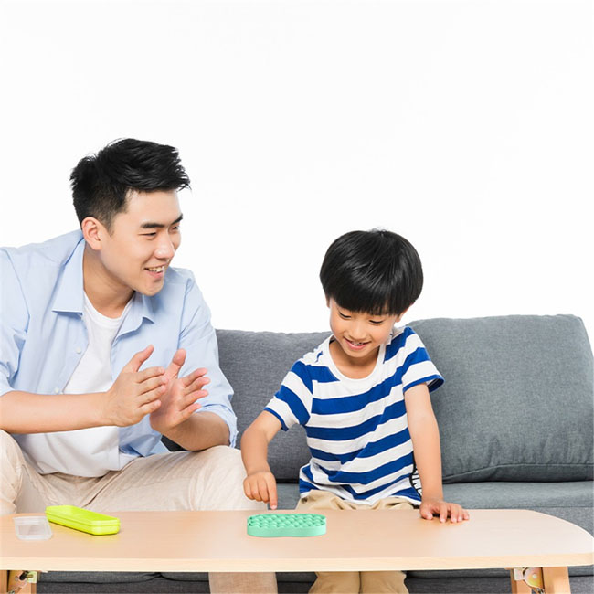 Cha mẹ cùng chơi trò chơi giải câu đố với con